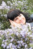 Hermosa niña sonriente en el jardín — Foto de Stock