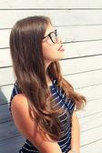 Adolescente ragazza giovane con una staccionata di legno — Foto Stock