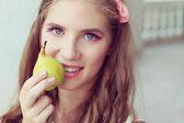 Belle fille mangeant une poire. mode portrait en extérieur — Photo