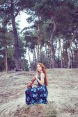 Mladá žena cvičí její housle — Stock fotografie