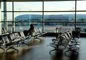 在新机场大厅大楼空座位 — 图库照片