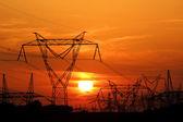 Poste eléctrico de alta tensión durante el atardecer — Foto de Stock