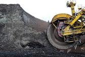 大煤矿挖掘机挖掘车轮的细节 — 图库照片