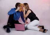 男人和女人在计算机上 — 图库照片