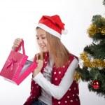 девушка с подарками возле елки — Стоковое фото