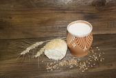 一切れのパン ロールパン、粉ミルクや小麦などのガラス — ストック写真