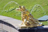 雕像喷泉在彼得夏宫 — 图库照片