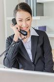 Jóvenes empresarias llamando — Foto de Stock
