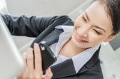 Femmes d'affaires jeune utilisent téléphone moblie — Photo