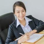 бизнес женщин улыбка с ноутбуком — Стоковое фото