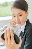 Femmes d'affaires jeune avec horloge — Photo