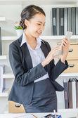 年轻商业女人带着笑容使用平板电脑 — 图库照片