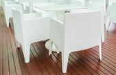 Biały stół w restauracji — Zdjęcie stockowe