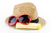Hoed, zonnebril en body lotion — Stockfoto