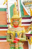 エメラルド寺院の巨大な像: バンコク、タイ — ストック写真