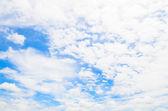 Vita moln och blå himmel — Stockfoto