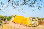 статуя будды снакаменная беседка «эоловой арфой» против голубого неба — Стоковое фото