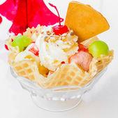 Cereza y helado de galleta — Foto de Stock
