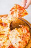 Mano tomando pizza — Foto de Stock