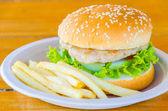 Hamburgare och pommes frites — Stockfoto