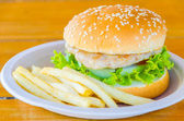 Hamburger i frytki — Zdjęcie stockowe