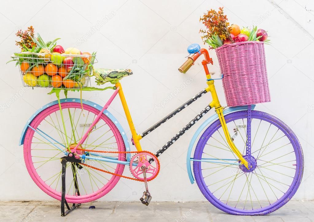 Bicicleta com cesta de frutas e flores fotografias de - Cestas para bicicletas ...