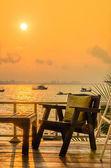 Chaise en bois coucher de soleil sur la plage — Photo