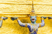 Giant statue in emerald temple bangkok thailand — Stockfoto
