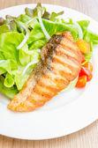 Grill salmon salad — Stockfoto