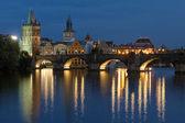 Prag'daki charles köprüsü akşam manzarası — Stok fotoğraf