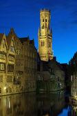 夜のブルージュ、ベルギーのベルフォール タワー ビュー — ストック写真