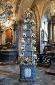 Floor candlestick with skulls in Sedlec ossuary, Czech Republic — Stock Photo