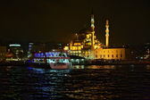 Yeni Mosque and passenger ship at pier Eminonu in Istanbul — Stock Photo
