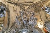 Lustre feito de ossos e crânios em ossuário de sedlec — Fotografia Stock