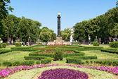 Zahrada v centru poltava se sloupcem slávy, ukrajina — Stock fotografie