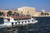 лодки экскурсии на босфоре возле дворца долмабахче, стамбул — Стоковое фото