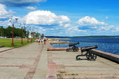 Cannons on the embankment of Lake Onega in Petrozavodsk, Russia — Stock Photo