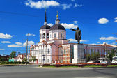 Epiphany Cathedral and a statue of Lenin in Tomsk, Russia — Stock Photo