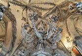 Chandelier made of bones and skulls in Sedlec ossuary, Czech Rep — Stock Photo