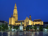 Cathedral and statue of Peter Paul Rubens in Antwerp at evening — Stock Photo