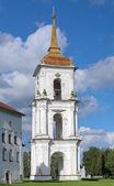 Zvonice na náměstí s katedrálou kargopol — Stock fotografie