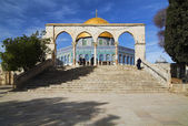 Stairs and arch in front of Dome of the Rock mosque in Jerusalem — Stock Photo