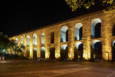 The Valens Aqueduct in Istanbul at night — Stock Photo