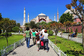 People going to the Aya Sophia Cathedral in Istanbul — 图库照片