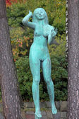 De luisterende vrouw sculptuur in millesgarden beeldentuin — Stockfoto