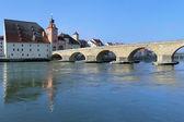 Taş köprü üzerinde Tuna ve tuz ev regensburg, Almanya — Stok fotoğraf