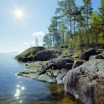 słońce i kamienistym brzegiem jeziora Ładoga — Zdjęcie stockowe #44374905