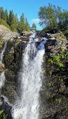 Vodopád na řece risjok v khibiny horách, kolského poloostrova — Stock fotografie