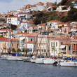 Small Greek town on the coast. Moored yachts - Stockfoto