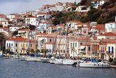 Small Greek town on the coast. Moored yachts — Stock Photo